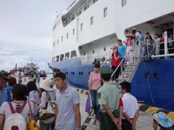 Tàu du lịch Trung Quốc rời cảng Tam Á (Sanya), để đi thăm các đảo nhỏ ở Hoàng Sa - sanyatourism.com