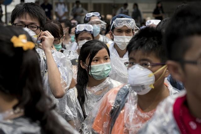 Học sinh Hồng Kông bỏ học đòi quyền tranh cử, học sinh đeo khẩu trang và kính bảo vệ, đề phòng cảnh sát đàn áp. (Getty Images)