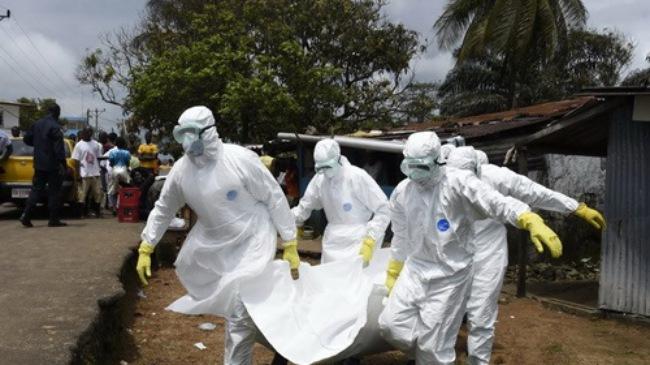 Nhân viên y tế chuyển thi thể nạn nhân của dịch Ebola tại thủ đô Monrovia, Liberia. (Ảnh: AFP/TTXVN)