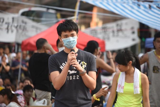 Một người Trung Quốc đại lục tại Hồng Kông ủng hộ cuộc biểu tình của các sinh viên Hồng Kông vào ngày 1 tháng 10 (Man Hon-lum / Đại Kỷ Nguyên)