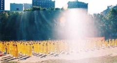 Các học viên Pháp Luân Công đang tập công ở công viên Central Park, New York