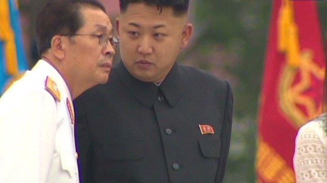 Kim Jong-Un và người chú Jang Song-Thaek (Ảnh: guns-pictures.drippic.com)