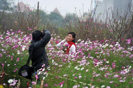 Một đôi bạn trẻ đi vào giữa vườn hoa. Ảnh giadinh
