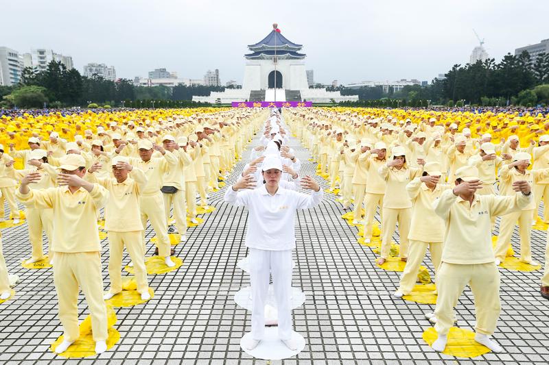 Các học viên Pháp Luân Công ở Đài Loan tổ chức xếp chữ, luyện công tập thể tại Trung Chính Kỷ niệm Đường tại Đài Bắc (Ảnh:Thời báo Đại Kỷ Nguyên)
