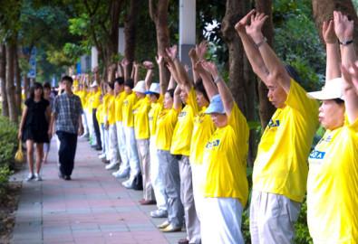 Trên một nghìn học viên xếp thành một hàng dài mấy cây số kỷ niệm sự kiện ngày 20/7/1999.