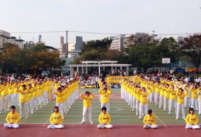 Các học viên Pháp Luân Công biểu diễn các bài tập tại Trường Tiểu học Long Sơn ở Tân Trúc.