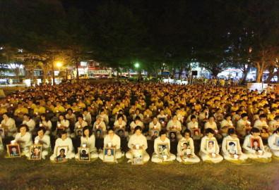 Hơn 1.000 học viên Pháp Luân Công thắp nến tưởng niệm những người tập đồng môn bị đàn áp đến chết ở Trung Quốc trong Công viên Trung tâm, Tân Trúc, Đài Loan.