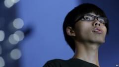 Wong và những người ủng hộ anh mô tả các cáo buộc đối với anh là hành động đàn áp chính trị của chính quyền Hong Kong thân Bắc Kinh.