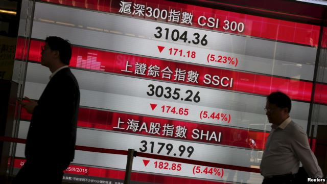 Bảng điện tử hiển thị chỉ số chứng khoán sút giảm của Trung Quốc tại khu trung tâm tài chính Hồng Kông, ngày 25/8/2015.