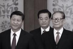 (Từ trái sang phải) Tổng Bí Thư Tập Cận Bình cùng người tiền nhiệm Hồ Cẩm Đào và Giang Trạch Dân đến dự lễ chào mừng ngày Quốc Khánh, kỷ niệm ngày thành lập Nước Cộng Hòa Nhân Dân Trung Hoa lần thứ 65 tại Đại Lễ Đường Nhân Dân ngày 30/9/2014, tại Bắc Kinh, Trung Quốc. (Feng Li/Getty Images)