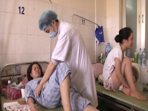 Sốt xuất huyết lên đỉnh dịch, bệnh nhân phải nằm hành lang - 2