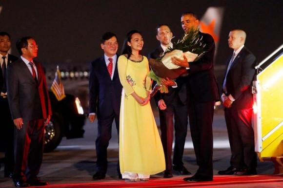 Tổng thống Mỹ nhận bó hoa từ Mỹ Linh ngay khi bước xuống từ Air Force One. Ảnh: Reuters.