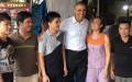 Tổng thống Obama vui vẻ chụp ảnh cùng người dân Mễ Trì. Nguồn: Facebook.