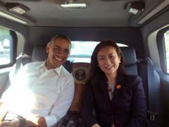 Nữ cố vấn gốc Việt Elizabeth Phù và Tổng thống Hoa Kỳ Barack Obama trong xe riêng của ông trên đường tới một sự kiện về người tị nạn tại Malaysia vào tháng 11 năm 2015. Hình do Bà Elizabeth Phù gửi tặng RFA