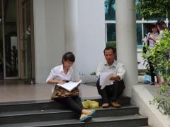 Phụ huynh và thí sinh cùng xem lại bài thi