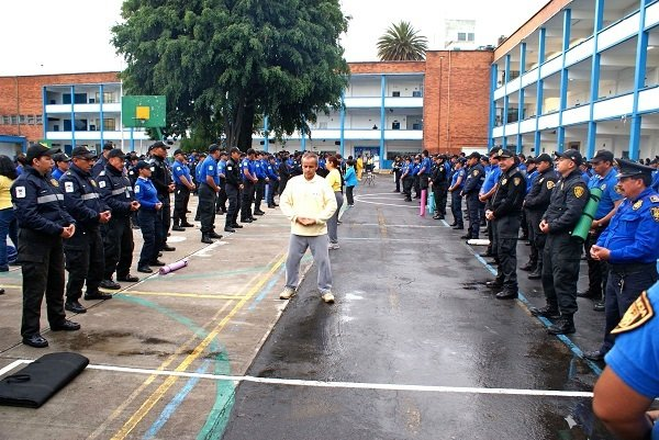 Các nhân viên cảnh sát tập bài Công Pháp số 1 của Pháp Luân Công. Ảnh minghui.org
