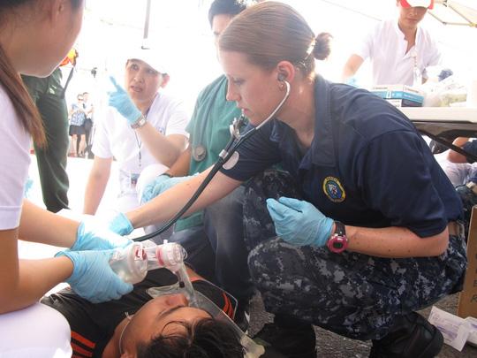 Lực lượng bác sĩ Việt Nam và Mỹ phối hợp sơ cứu. Ảnh nld.com.vn