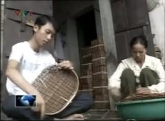 Ngoài giờ học Duẩn còn phụ mẹ làm mây tre đan để kiếm thêm thu nhập. Ảnh lấy từ youtube
