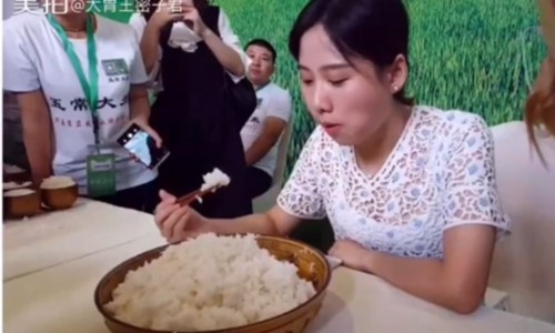 Mật Tử Quân ăn hết 4 kg cơm trong một bữa. Ảnh: Shanghaiist.