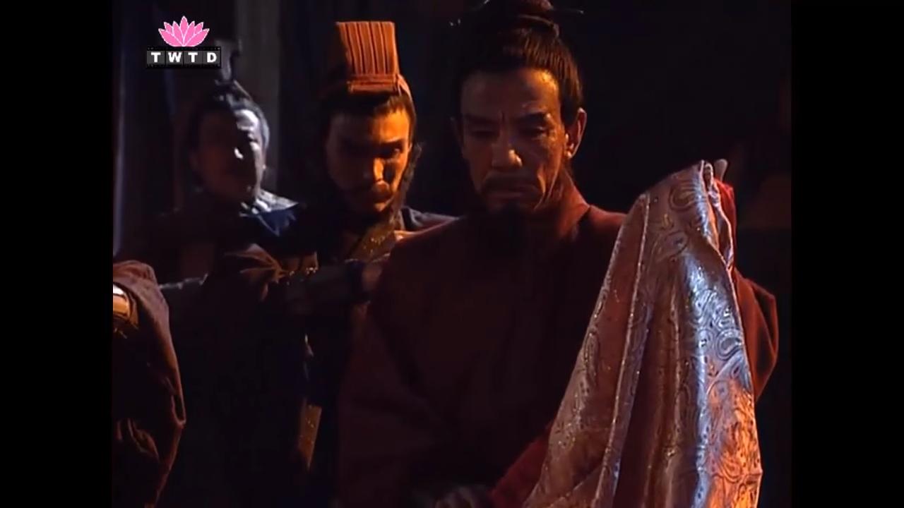 Tư Mã Ý nhận đồ đàn bà, trong khi các tướng xin đi đánh. Ảnh youtube