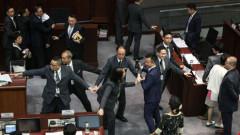 Cảnh náo loạn tại lễ tuyên thệ bắt đầu kỳ họp của Hội đồng lập pháp Hong Kong (Legco) hôm 12-10. Ảnh: SCMP