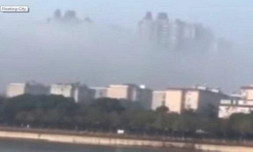 """thanh-pho-tren-may-o-trung-quoc-gay-tranh-cai Hình ảnh """"thành phố nổi"""" lơ lửng ẩn hiện sau mây mù. Ảnh: YouTube."""