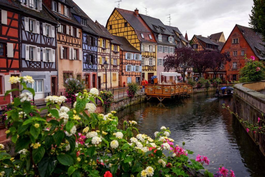 Những ngôi nhà ở đây soi mình bên dòng nước trong xanh, lối đi yên tĩnh bên những lan can phủ đầy hoa, tạo cho du khách một ấn tượng mạnh mẽ. Ảnh: Three Weeks Off