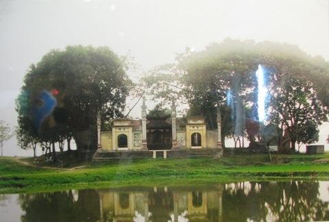 Ngôi đền cổ kính thờ Thánh Tam Giang Trương Hống – Trương Hát này nằm tại khu vực ngã ba Xà (nay thuộc xã Tam Giang – huyện Yên Phong – tỉnh Bắc Ninh) nơi hội lưu sông Cà Lồ đổ vào sông Cầu