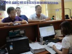 Người dân đến làm thủ tục tại bộ phận một cửa Văn phòng Đăng ký đất đai Hà Nội. Ảnh: TTXVN