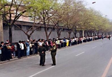 Các học viên Pháp Luân Công được hướng dẫn đến thỉnh nguyện tại Trung Nam Hải. Ảnh minghui.org