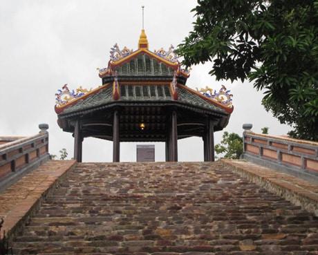 Quan Tượng Đài thời vua Minh Mạng được phục dựng ở Huế. (Ảnh qua netcodo.com.vn)