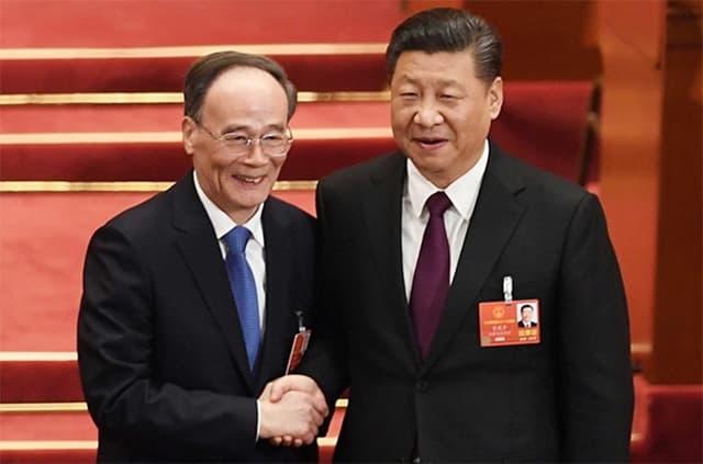 Ông Tập Cận Bình bắt tay cùng tân Phó chủ tịch nước Vương Kỳ Sơn (Ảnh từ Getty Images)