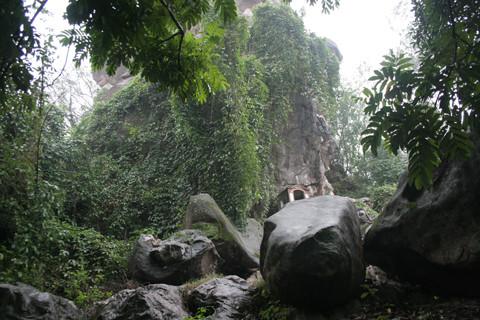 Phong cảnh nơi đây hữu tình, vua Tự Đức đã làm thơ tạc trên núi. (Ảnh từ kienthuc.net.vn)