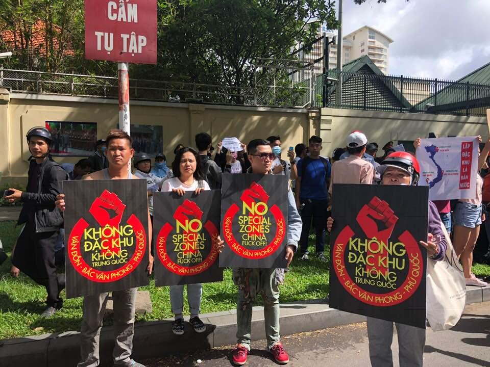Người biểu tình dơ biểu ngữ ở đường Lê Duẩn. Ảnh mạng xã hội