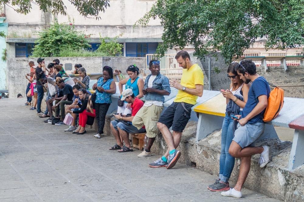 Người dân Cuba tiếp cận internet qua các trạm Wi-Fi công cộng tại công viên. (Ảnh: ShutterStock )