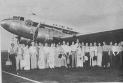 Phi cơ Air Vietnam Douglas DC-3 và những hành khách, 1961.