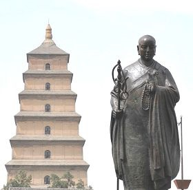 Tượng Huyền Trang trước tháp Đại Nhạn tại Tây An. Ảnh minghui.org