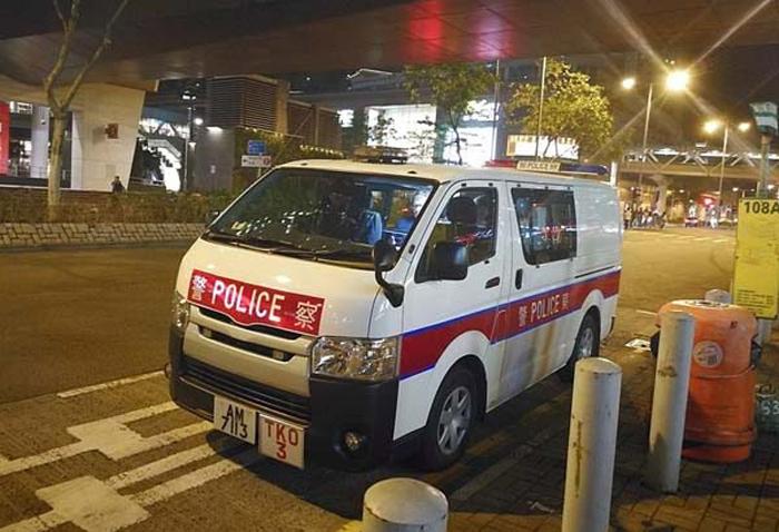 Dấu hiệu nhận dạng phía trước của AM7113 là TKO, cho thấy chiếc xe thuộc về Sở cảnh sát khu Tseung Kwan O. (Ảnh: Epoch Times)