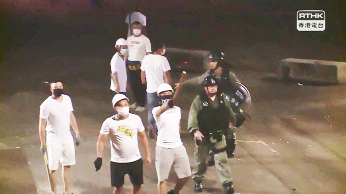 Người dân Hồng Kông đã chụp được ảnh cảnh sát và nhóm người mặc áo trắng từng đánh đập người biểu tình đi cùng với nhau. (Ảnh: Twitter)