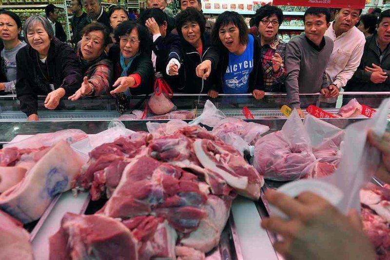 """Giá thịt heo đua nhau tăng vọt, Trung Quốc như """"ngồi trên đống lửa"""". (Ảnh qua Linkedl)"""