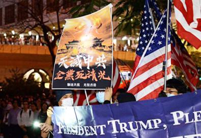 Người Hồng Kông tập trung trên đường Queensway tối ngày 14/10 ủng hộ Mỹ xem xét Dự luật Nhân quyền và Dân chủ Hồng Kông.(Ảnh: Epoch Times)