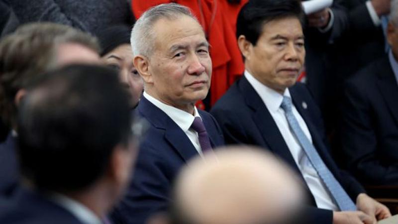 """Phó Thủ tướng Trung Quốc Lưu Hạc đã gặp ông Trump khi ông Trump công bố thỏa thuận thương mại """"giai đoạn một"""" với Trung Quốc tại Nhà Trắng hôm 11/10/2019 ở Washington. (Ảnh: Getty Images)"""