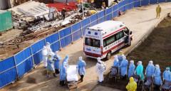 Sáng 4/2, chiếc xe chuyển các bệnh nhân đầu tiên đã đến Bệnh viện Hỏa Thần Sơn. (Ảnh: Tuicool)