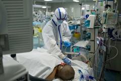 Hình chụp một y tá đang kiểm tra sức khỏe cho bệnh nhân mắc phải virus Trung cộng (viêm phổi Vũ Hán) trong phòng cấp cứu tại một bệnh viện ở Vũ Hán vào ngày 22/02/2020. (Photo by STR/AFP via Getty Images)