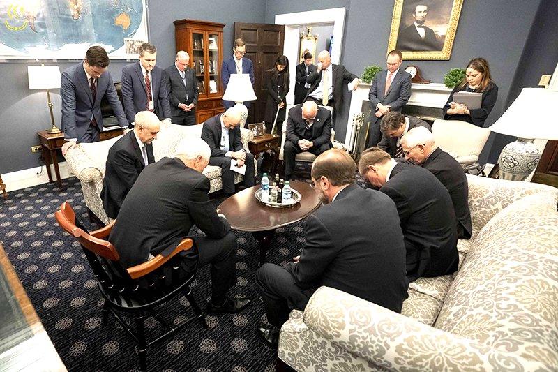 Vì để đối phó với viêm phổi Vũ Hán, phó tổng thổng Mỹ Pence và một số quan chức cầu nguyện trong văn phòng Nhà Trắng.  (Ảnh: Nhà Trắng)