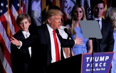 Ứng cử viên tổng thống đảng Cộng hòa Donald Trump phát biểu với những người ủng hộ tại cuộc biểu tình đêm bầu cử ở Manhattan, New York, Hoa Kỳ, ngày 9/11/2016. (Ảnh qua CBS News)
