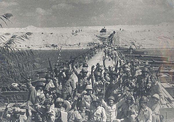 Quân đội Ai Cập vượt kênh đào Suez. (Ảnh: Shawqi Mustafa/Wikipedia.org, Public Domain)