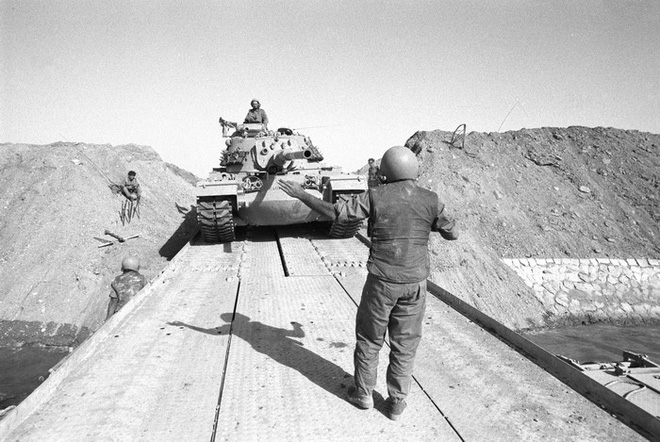 Xe tăng Israel vượt kên đào Suez tiến vào Ai Cập. (Ảnh: Israel Defense Forces/Wikipedia.org, Public Domain)