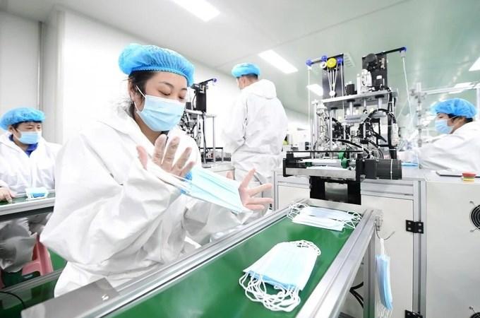 Một dây chuyền sản xuất khẩu trang y tế tại công ty ở Đường Sơn, Hà Bắc, Trung Quốc. Ảnh: Xinhua