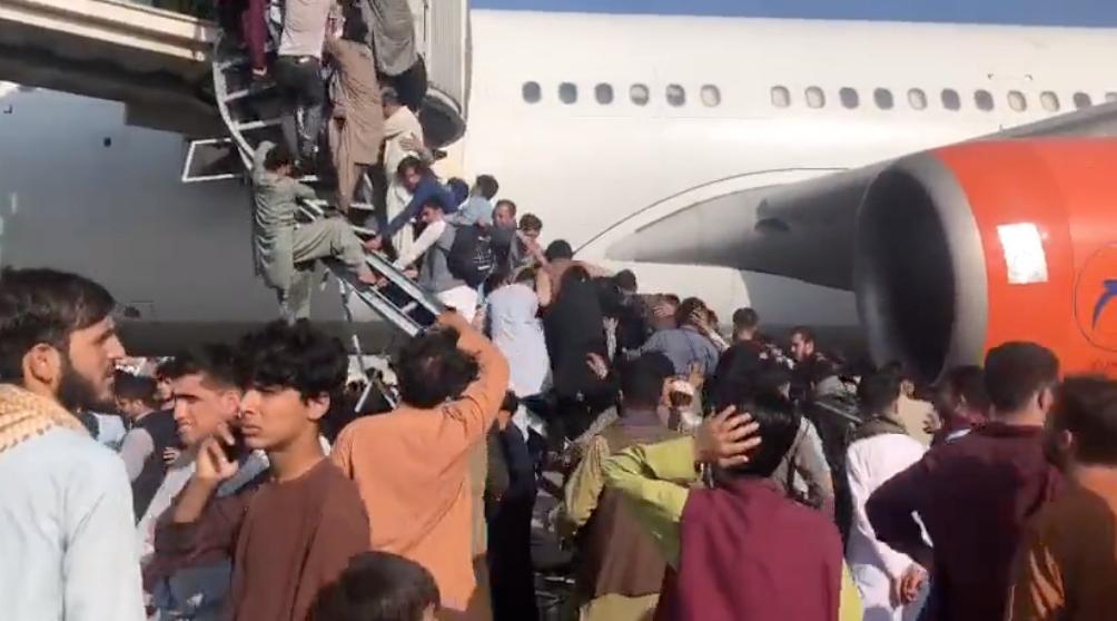 Cảnh người dân Afghanistan chen lấn lên máy bay tại Sân bay quốc tế Hamid Karzai ở Kabul ngày 16/8. (Ảnh chụp màn hình video)